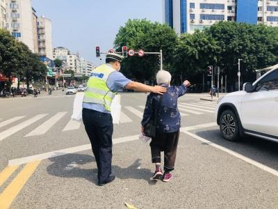 平凡举动暖人心!蕉城交警扶蹒跚老人过马路