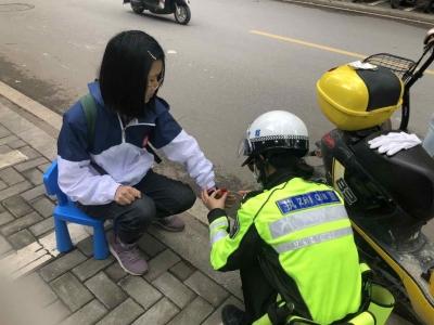 暖心!寿宁女骑警帮助一名受伤学生