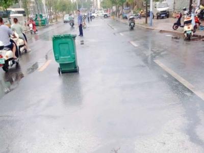 雨污管道堵塞油污溢出  福鼎城管队员快速处置