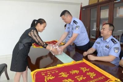 蕉城警方举行退赃仪式 两名受害人领取45万元被骗款