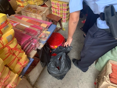 市区一日杂店非法买卖烟花爆竹被查处