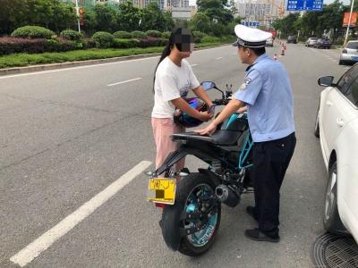 """女骑手考场外""""一路轰鸣""""  不仅擅自改装车辆  还未取得驾驶证"""
