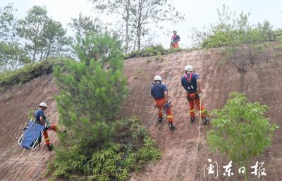 宁德消防开展多种环境下绳索救援演练
