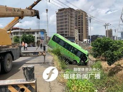 突发!福州一中巴车失控坠入水沟!15人已送医救治