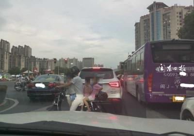 宁德新闻黑榜丨太危险了!一家长骑电动车载了四个小孩横穿马路!