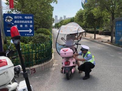 """东侨交警整治两轮车""""非法加装伞具""""行为"""