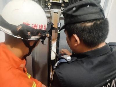 半夜三更男子被困电梯,福鼎警方第一时间展开救援