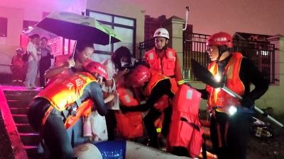 强降雨中,孕妇被困、儿童被困,他们带着橡皮艇出现了……