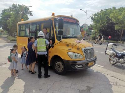 """您家孩子乘坐的校车安全吗?东侨交警开展""""全面体检""""!"""