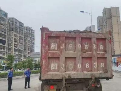 直击:渣土运输车,洗干净再上路