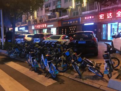 宁德新闻黑榜 | 共享单车随意停放 挤占斑马线出入口