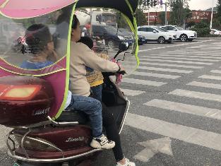 宁德新闻黑榜丨超标电动车不戴头盔,超载,还加装遮阳伞!