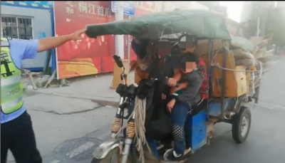 危险!福鼎一电动三轮车非法搭载学生,这样接送要不得……