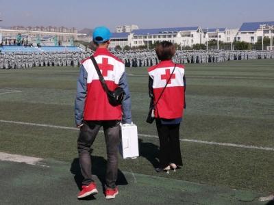 大学新生军训的操场上,有这群志愿者护航……