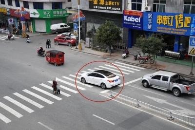 随意横穿马路、在机动车道上乱走……有你的份吗?一批不文明交通行为曝光!