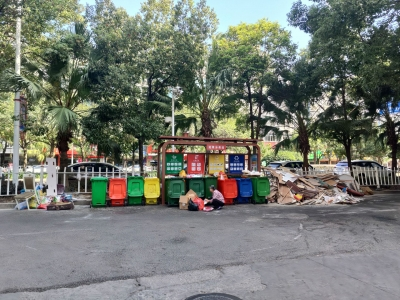 宁德新闻黑榜丨市区小场路口公交站旁建筑垃圾成堆无人清理