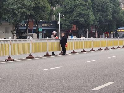 宁德新闻黑榜 无视车来车往,两女子隔着道路隔离栏聊起了天