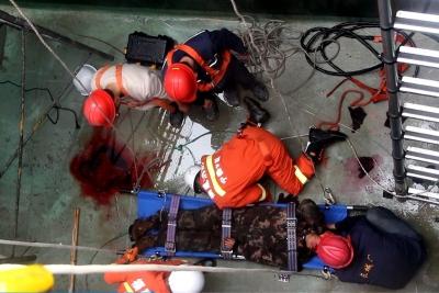 惊心!工人掉入10米污水池,看现场如何救援……