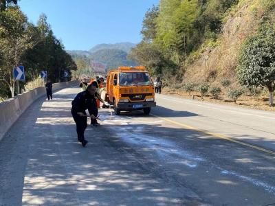 G104柘荣段低温致车辆打滑   公路交管部门联手除冰