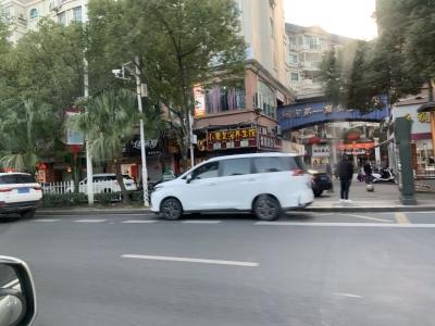 宁德新闻黑榜   马路不是停车场,路边违停真不该!