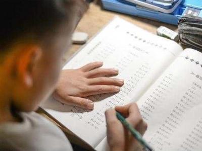 明确不得要求家长改作业,家长为何仍不觉轻松?