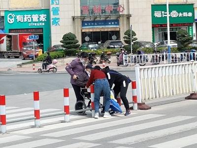 """宁德新闻红榜   轮椅老人过人行道""""卡""""住了  市民施以援手"""